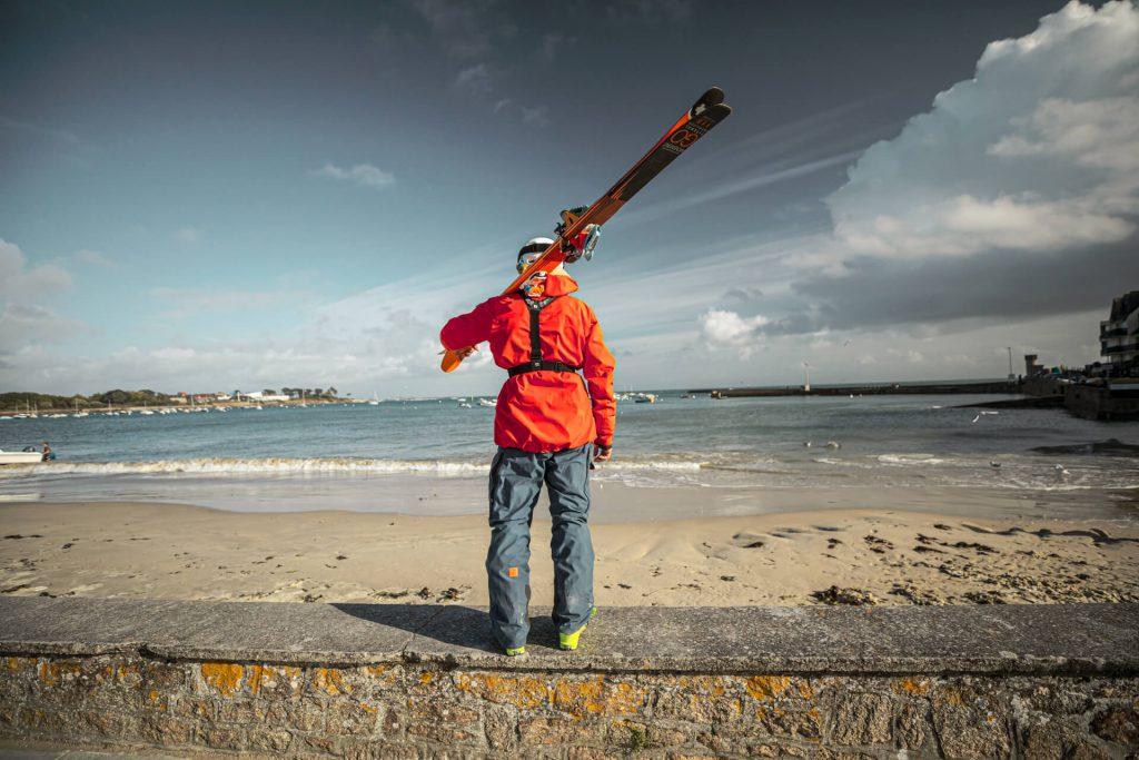 Aurelien Ducroz de dos sur une plage